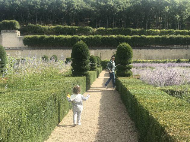Vic correndo pelos jardins dos castelos