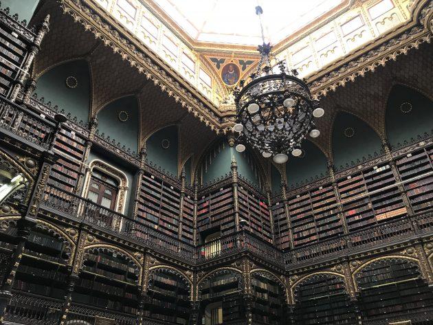 prateleiras e candelabro do gabinete real português