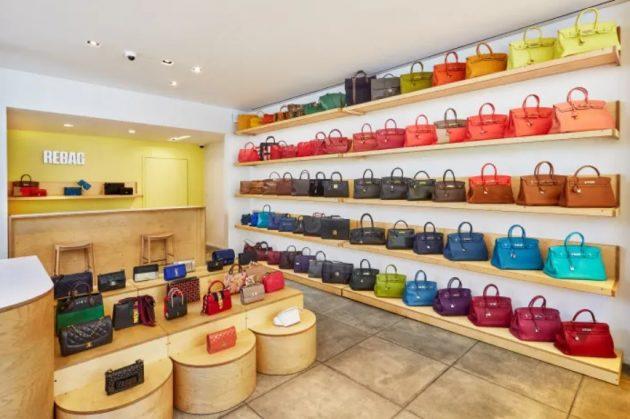 interior da rebag com prateleiras de bolsas hermes coloridas