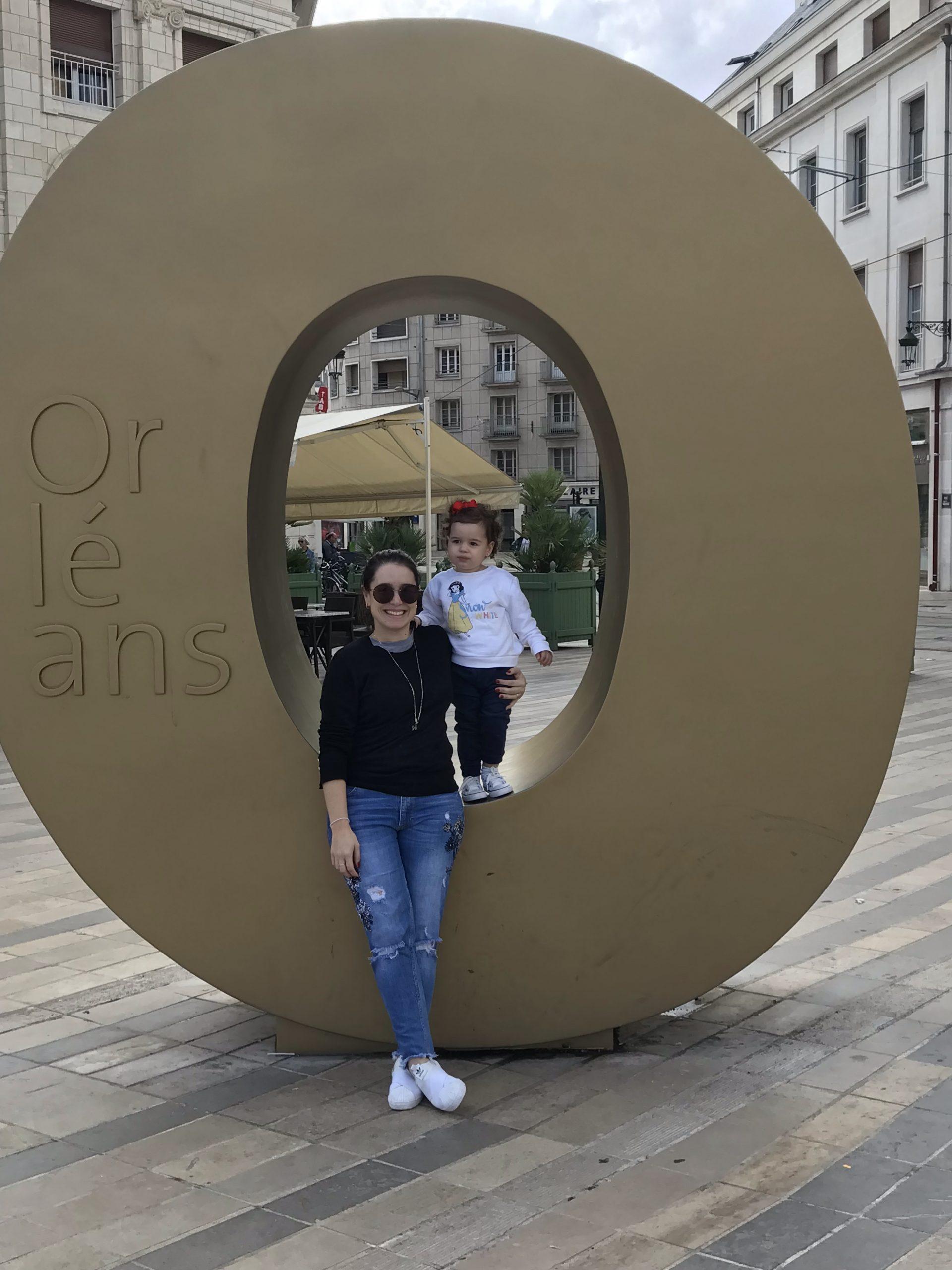 Nathalia e Victoria no monumento Orleans