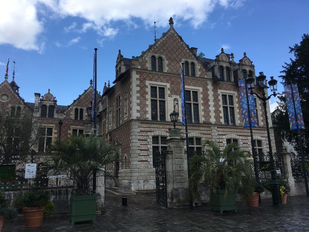 Linda fachada do Hotel Groslot em Orleans